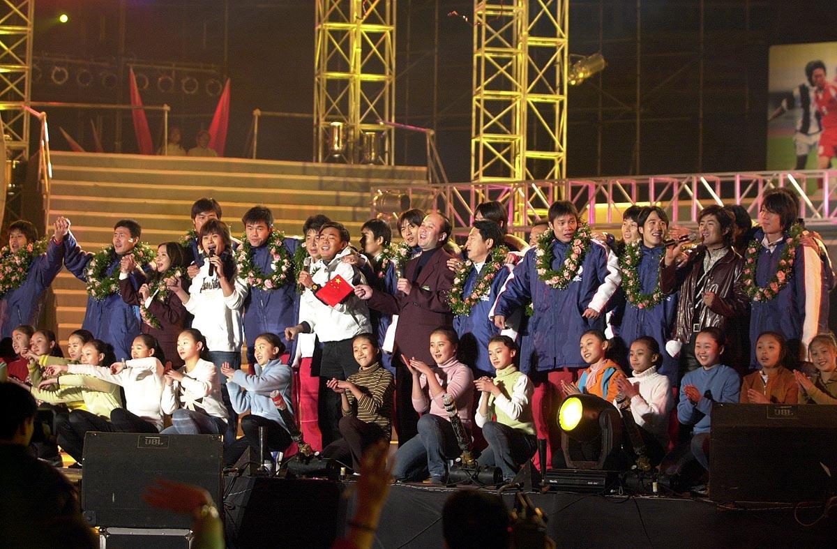 中国队全体球员与演员们一起同台表演↑新华社记者郭大岳摄