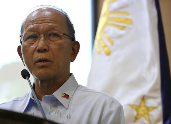 10月7日,菲国防部长德尔芬·洛伦扎纳在马尼拉出席新闻发布会。(新华/美联)
