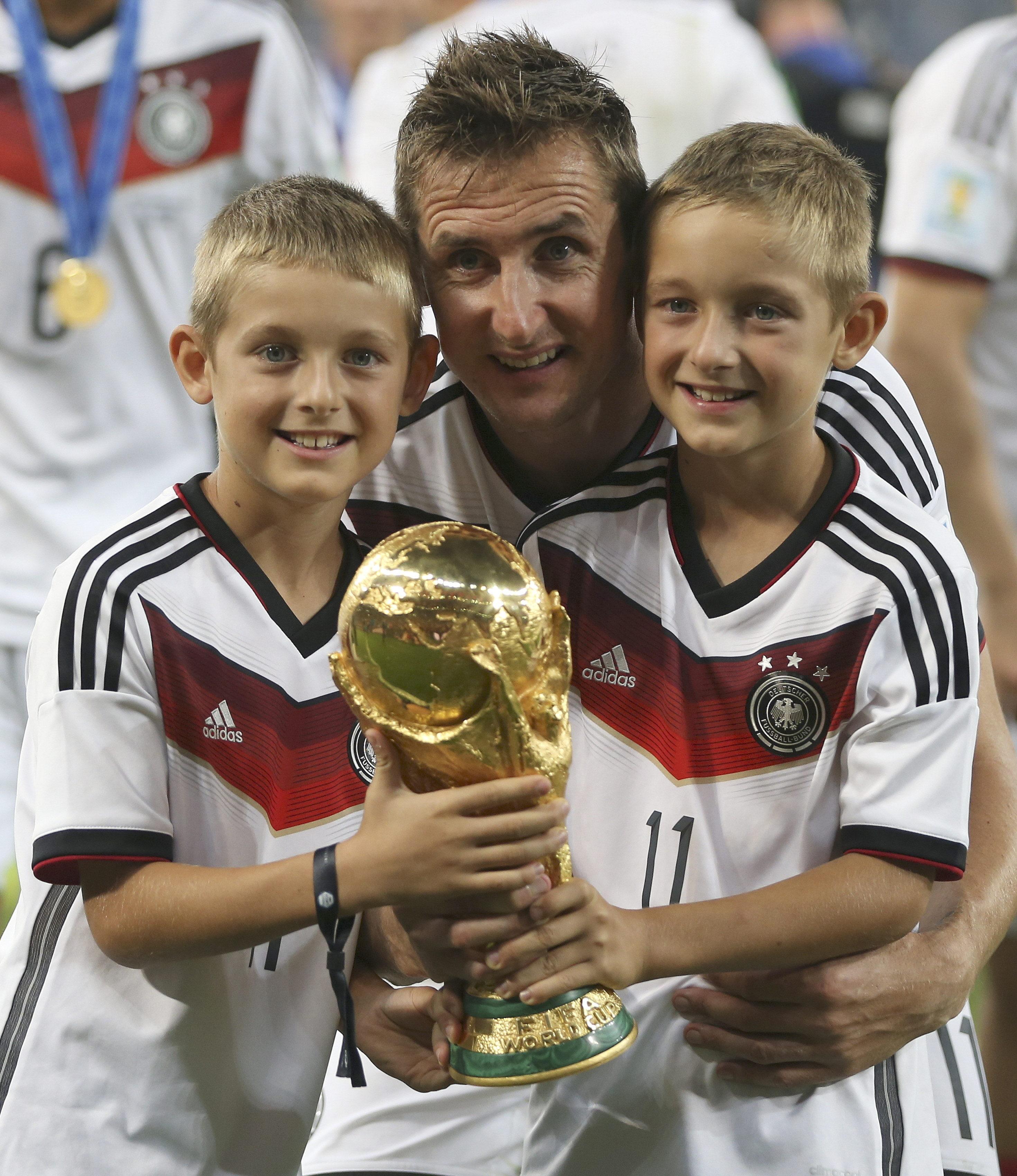 2014年7月13日在巴西里约热内卢拍摄的克洛泽与孩子庆祝夺得世界杯冠军的资料照片↑新华社发