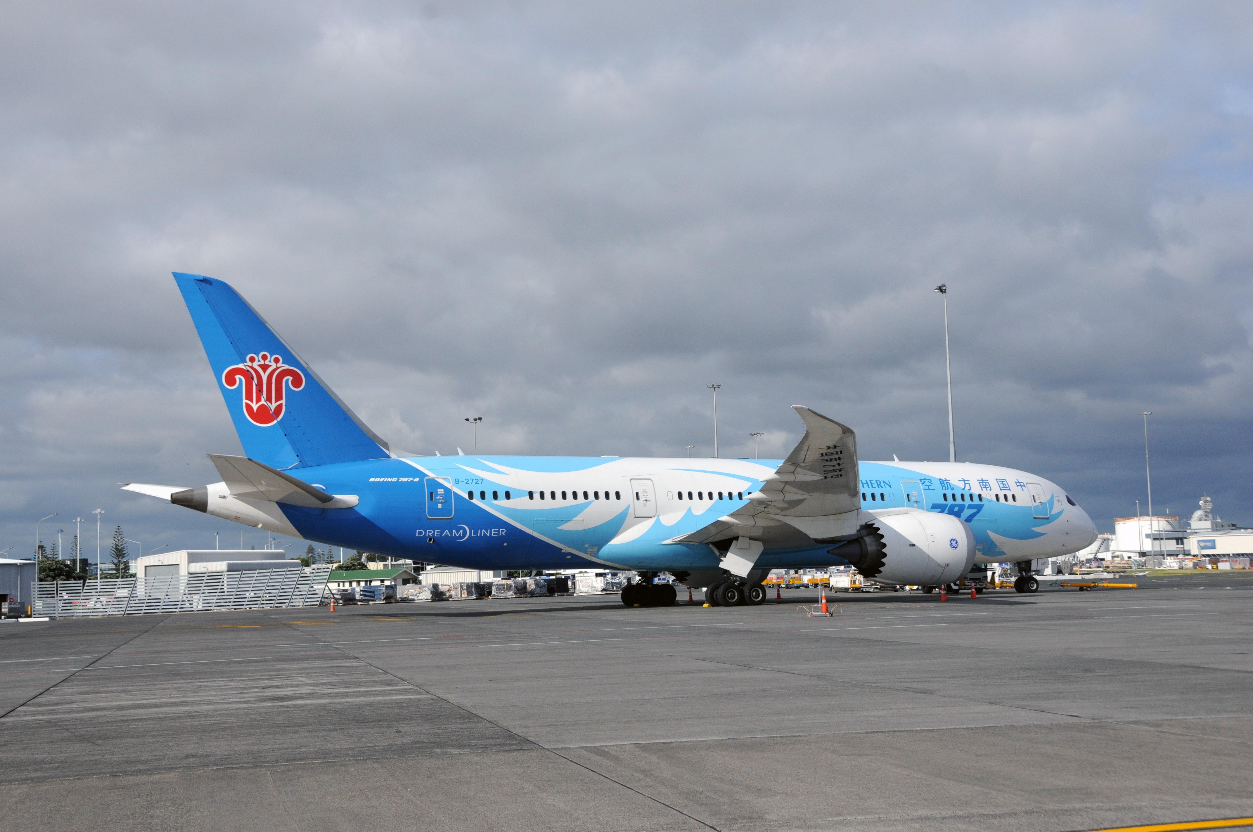 2015年12月10日在新西兰奥克兰机场拍摄的中国南方航空公司执飞新西兰奥克兰至中国广州的波音787型客机照片。(新华社记者田野摄)