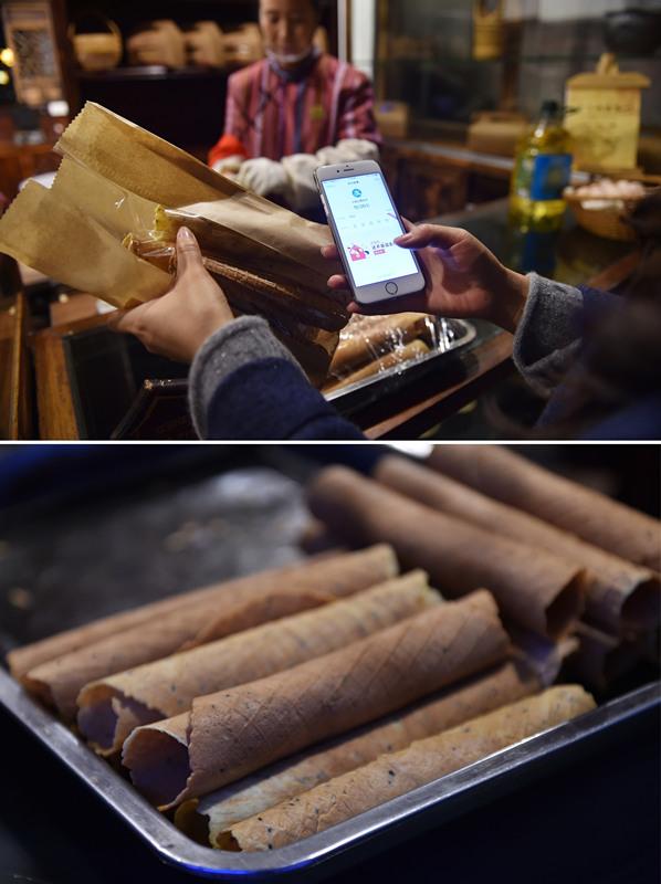 一名游客在乌镇景区使用手机支付宝购买蛋卷(11月14日摄,拼版照片)。免去现金的无线支付在乌镇已十分普及。