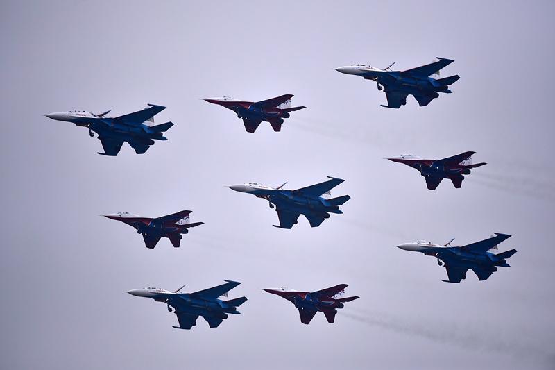 """10月30日,""""雨燕""""飞行表演队的4架米格-29飞机与""""勇士""""飞行表演队的5架苏-27飞机进行混合编队飞行训练。 新华社记者 梁旭 摄"""