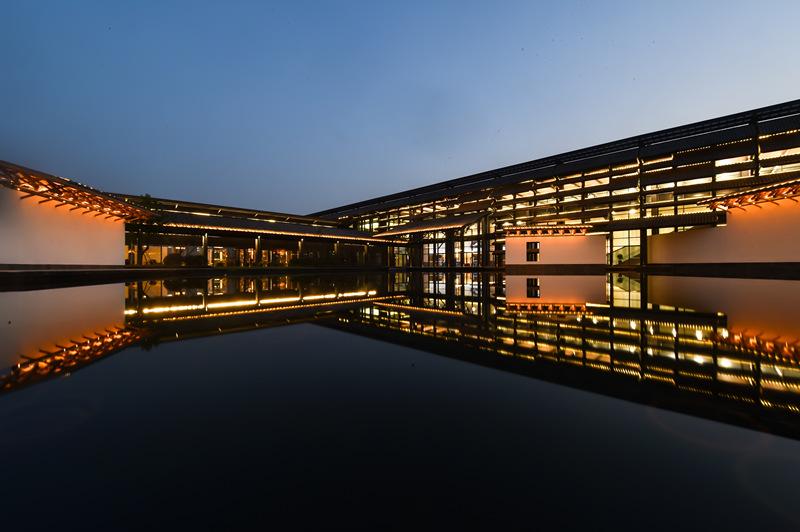 这是融入江南传统建筑风格的乌镇互联网国际会展中心(11月3日摄)。 新华社记者 黄宗治 摄
