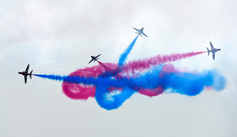 """11月1日,参加第十一届中国航展的英国皇家空军""""红箭""""飞行表演队进行编队飞行。 新华社记者 刘大伟 摄"""