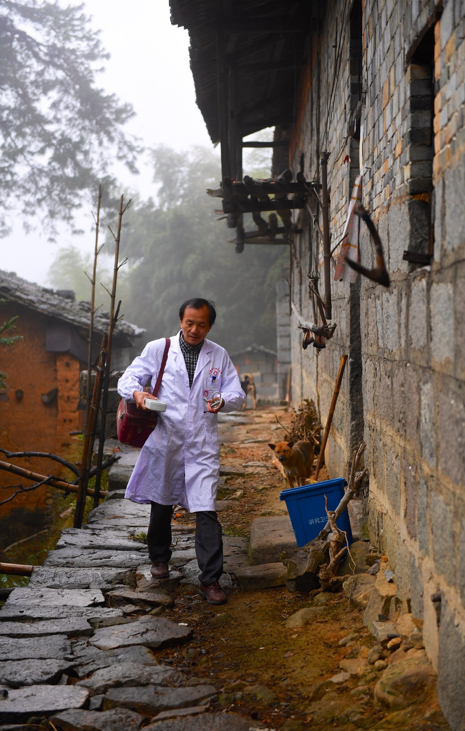 李勤如走在出诊的路上(11月1日摄)。 新华社记者 胡晨欢 摄