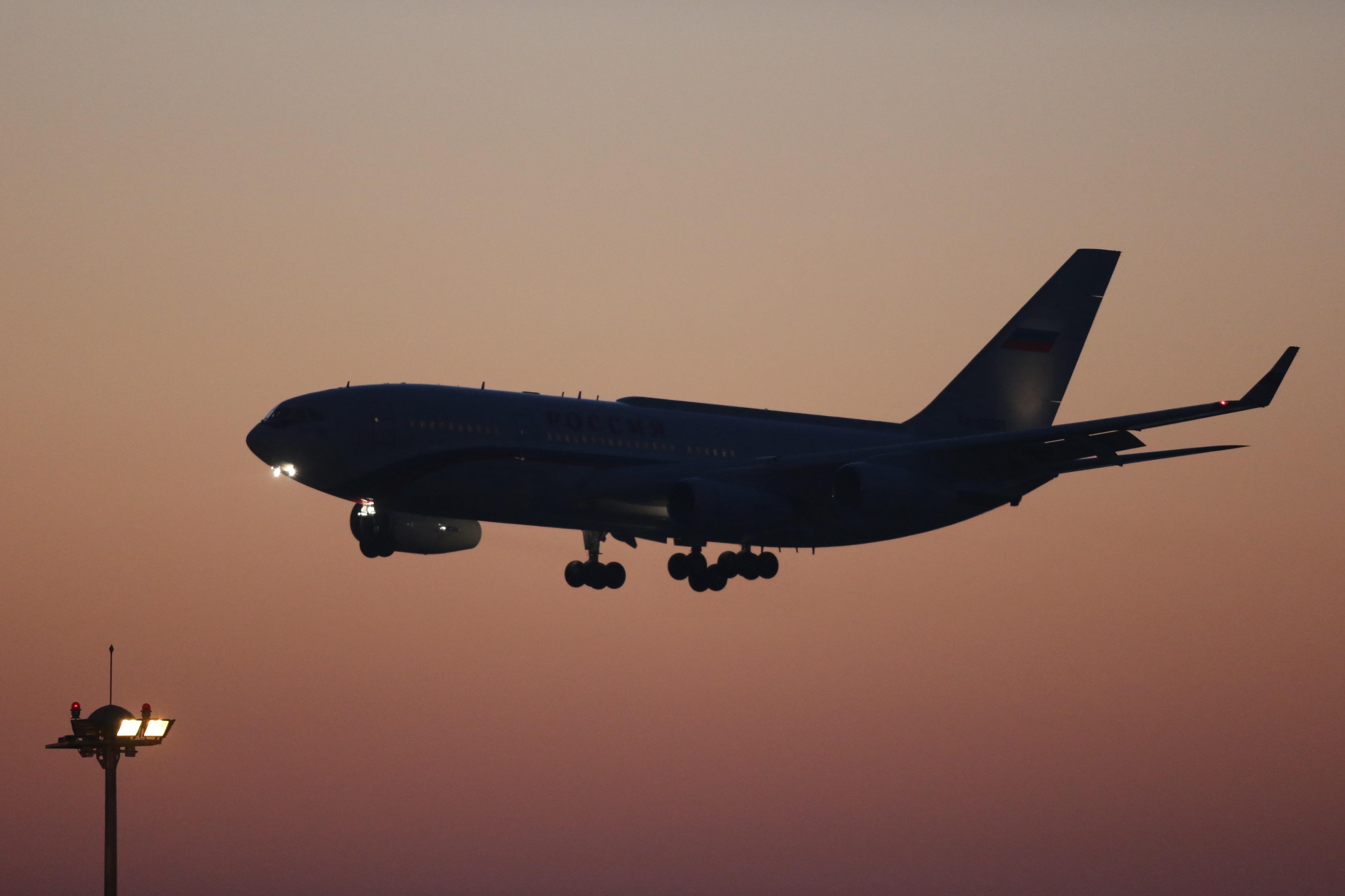 11月9日,俄罗斯总统普京抵达北京,这是普京乘坐的专机飞抵北京首都国际机场。(新华社记者邢广利摄)