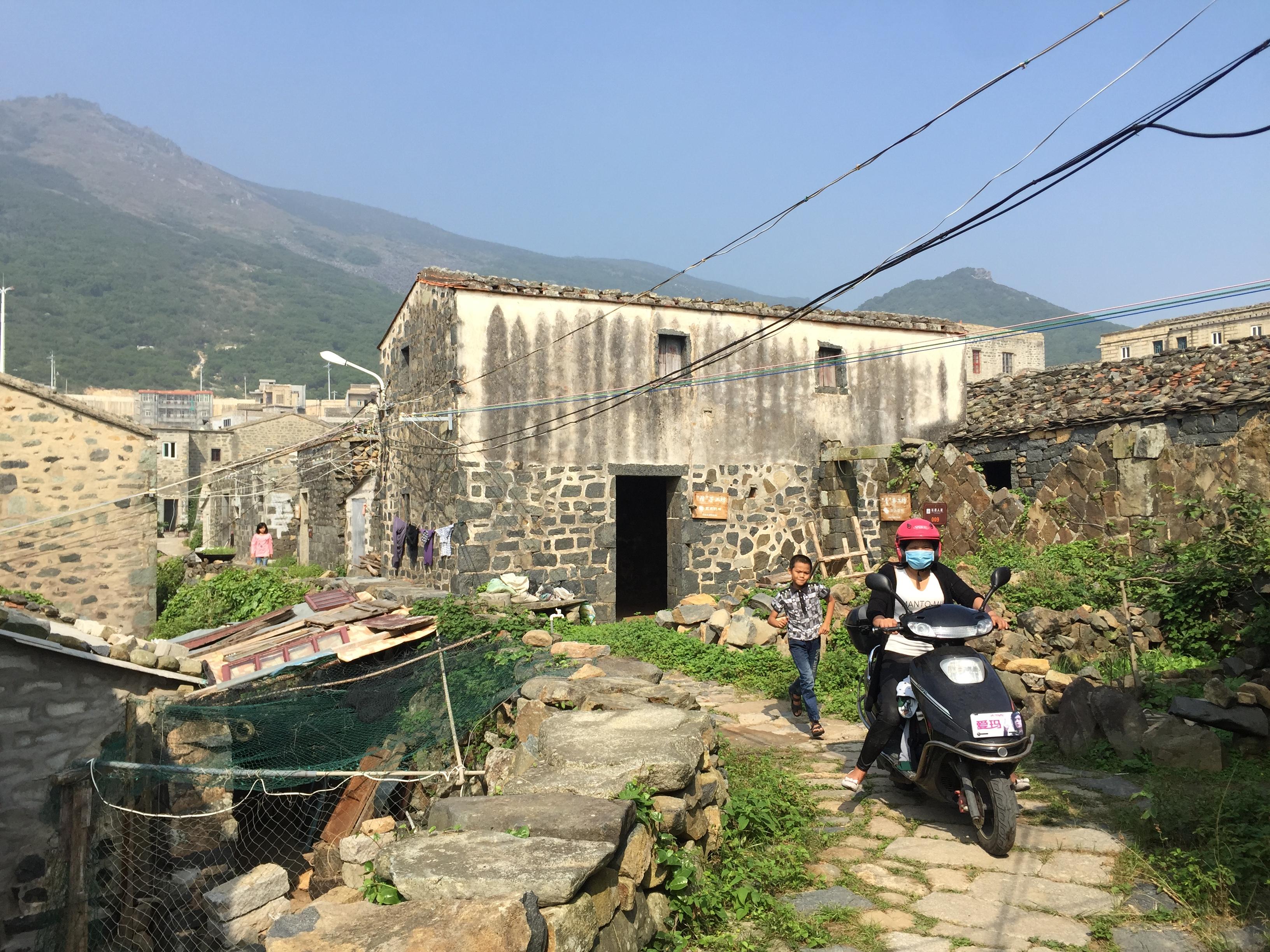 平潭岛北港村村民世代居住的石头厝。(新华社记者尚昊摄)