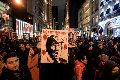 11月9日,美国部分民众在纽约市抗议共和党候选人唐纳德·特朗普在美国总统选举中获胜。(新华社/卫星社)