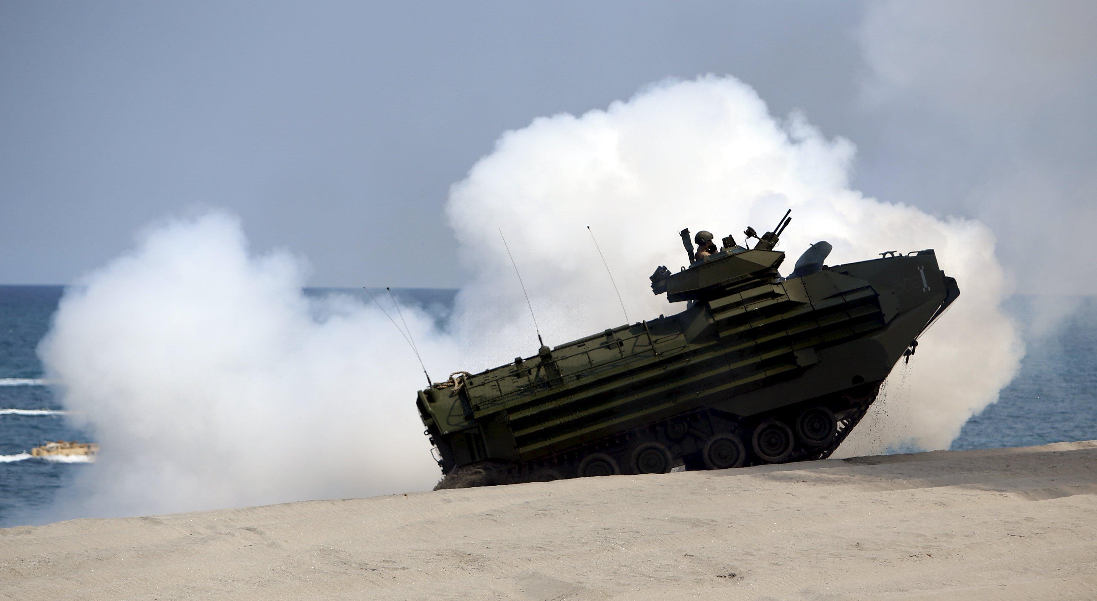 2015年4月21日,美军士兵乘水路两栖突击车在菲律宾三描礼士省附近海域参加菲美2015联合军演。(新华社/路透)
