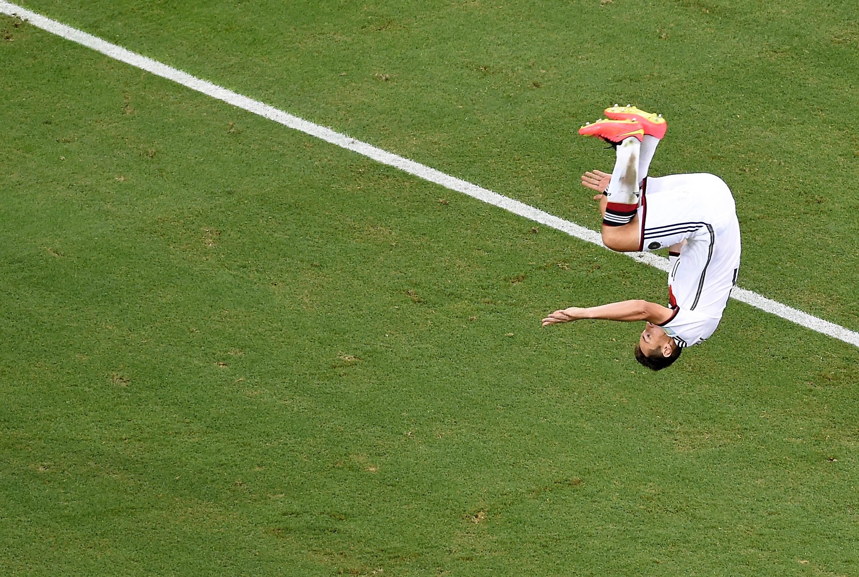↑2014年6月21日,德国队球员克洛泽在巴西世界杯对阵加纳队的比赛中进球后空翻庆祝