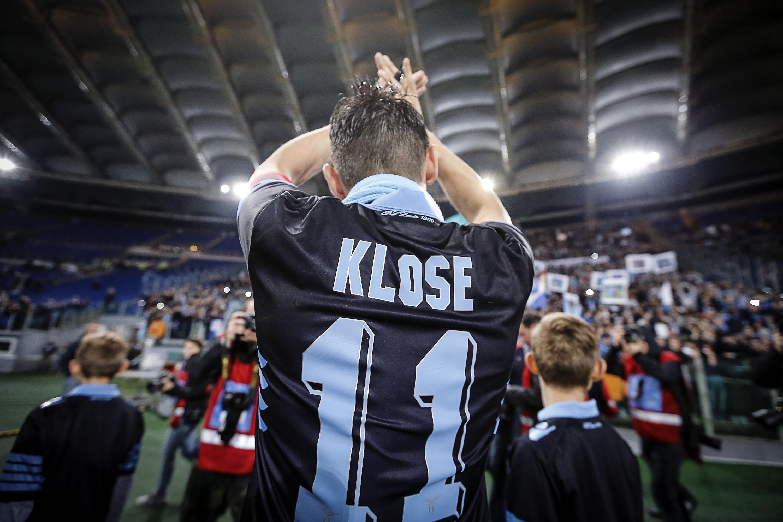 ↑拉齐奥球员克洛泽赛后向球迷致意。德国球员克洛泽在本赛季结束后将离开拉齐奥队