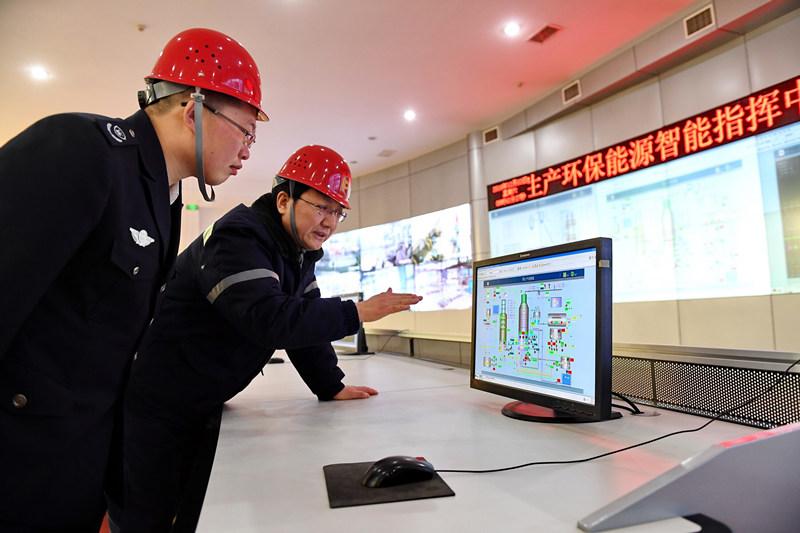 12月3日,邢台市环境监察支队工作人员在一家限产企业生产指挥中心观测环保监测设备的实时数据。新华社记者 牟宇 摄
