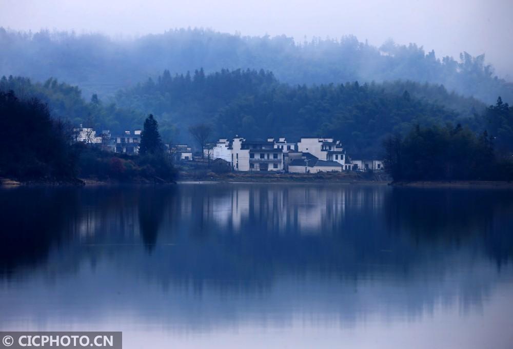 ↑12月20日,安徽省黄山奇墅湖恍如一幅水墨画卷。CICPHOTO/施广德 摄