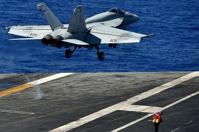 """资料:一架F-18""""超级大黄蜂""""战机从美军""""艾森豪威尔""""号航母上起飞。(新华/法新)"""