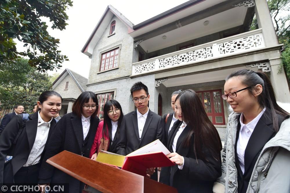↑12月4日,几名大学生在翻阅一本展陈的《中华人民共和国宪法》。CICPHOTO/李忠 摄