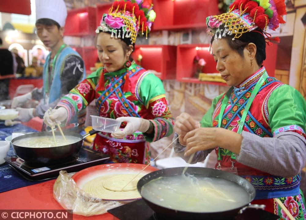↑12月16日,商家在展示云南巍山的一根面。CICPHOTO/梁志强 摄