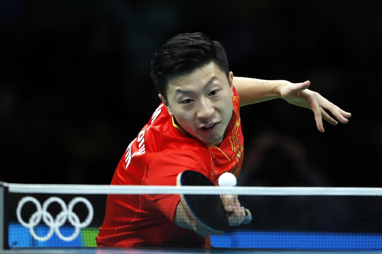 龙在比赛中。 当日,在2016年里约奥运会乒乓球男子单打决赛中,中国选手马龙以4比0战胜同胞张继科,获得金牌。 新华社记者沈伯韩摄