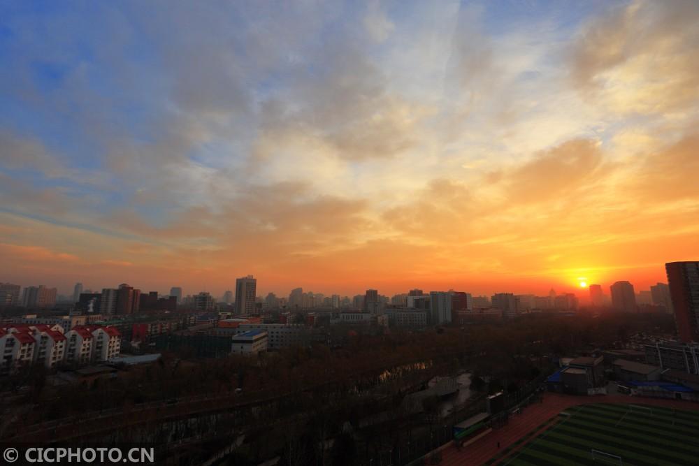 ↑12月6日,北京上空朝霞似锦,美不胜收。CICPHOTO/佟广平 摄