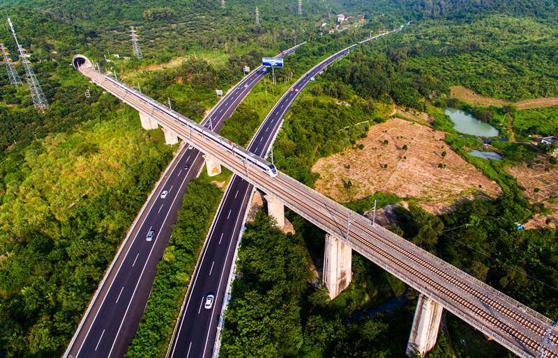 2016年10月11日航拍的海南环岛高铁东线三亚段。新华社记者 杨冠宇 摄