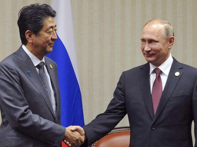 11月20日,秘鲁首都利马,俄罗斯总统普京(右)与日本首相安倍晋三举行会谈。(新华/美联)