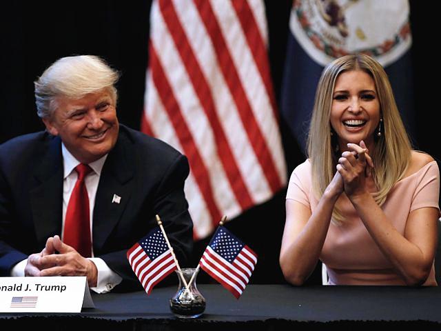 9月6日,弗吉尼亚比奇,美国共和党总统候选人特朗普(左)在女儿的陪同下与现任军人家属举行座谈。(新华/路透)