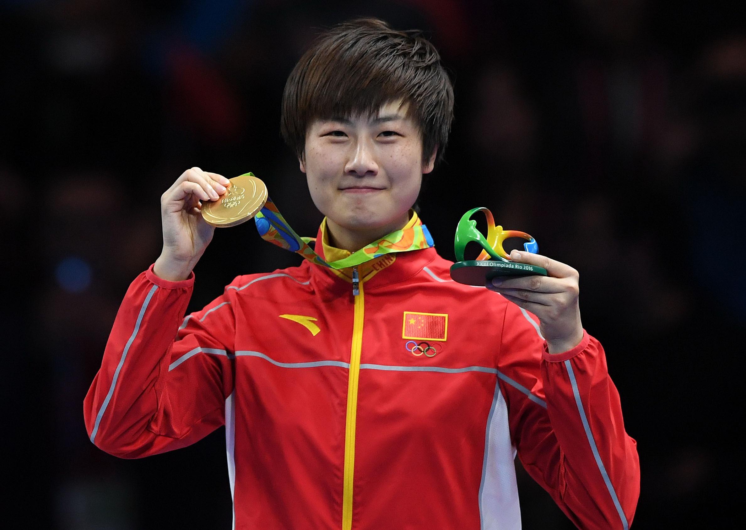 中国选手丁宁在领奖台上。 当日,在2016年里约奥运会乒乓球女单决赛中,中国选手丁宁以4比3战胜同胞李晓霞,夺得冠军。 新华社记者蔺以光摄