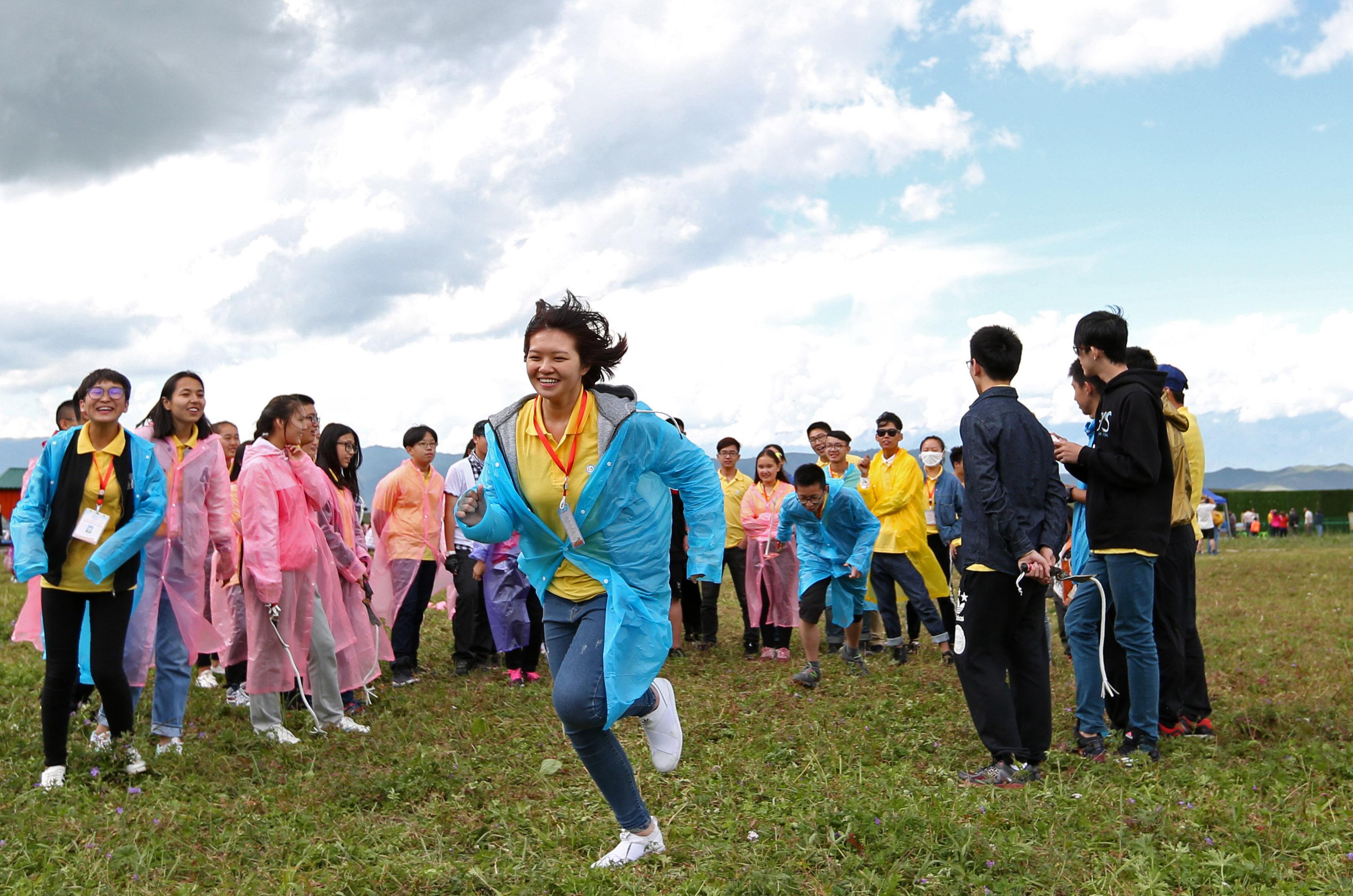 2016年7月20日,第四届海峡两岸婚姻家庭子女夏令营在新疆伊犁开营,来自台湾彰化的营员王静娴(前)和伙伴们参加活动。(新华社记者 程婷婷摄)