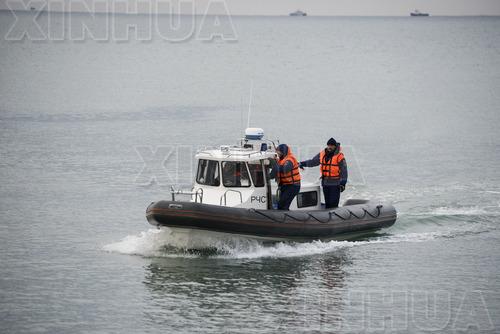 12月26日,在俄罗斯索契,俄罗斯紧急情况部的船只在图-154飞机坠毁的黑海水域搜索遇难者。俄国防部所属一架飞往叙利亚的图-154飞机25日清晨在索契附近黑海海域坠毁,机上84名乘客和8名机组人员无人生还。(新华/路透)
