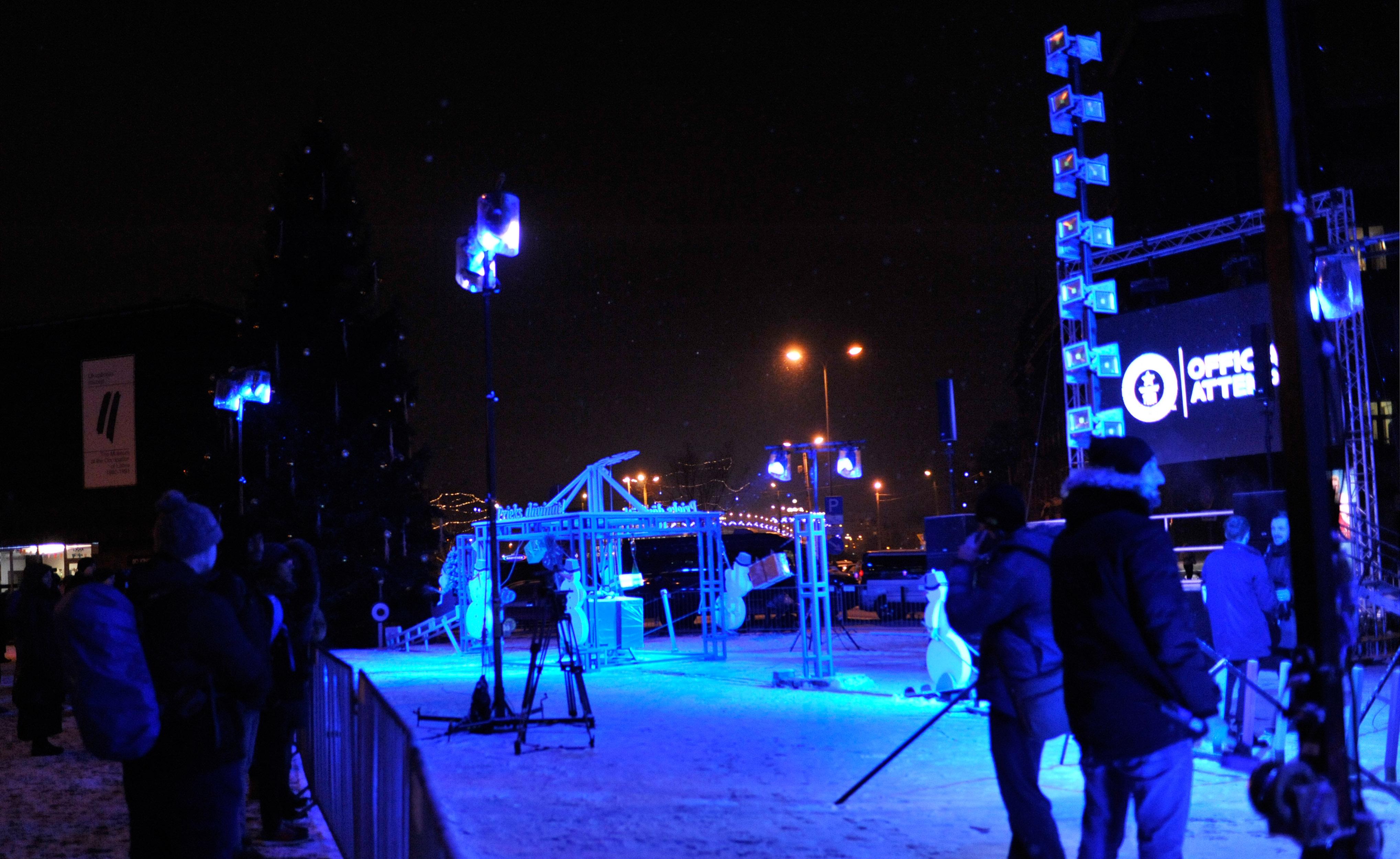在拉脱维亚首都里加市政厅广场,人们在静候点亮圣诞树冲击戈德堡吉尼斯纪录。(新华社记者郭群摄)