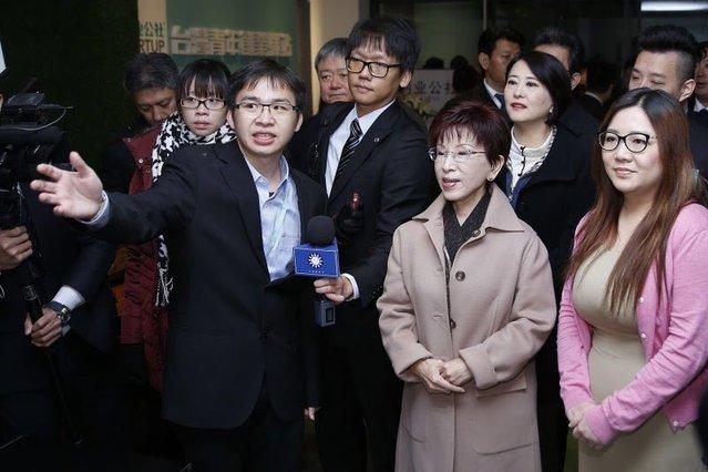 2016年11月1日,郑博宇为参访的中国国民党主席洪秀柱介绍创客驿站。