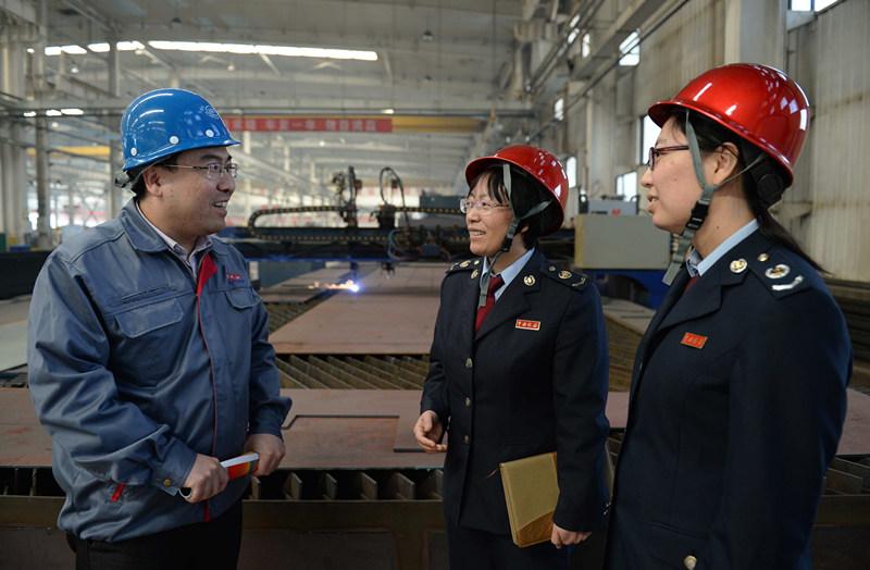 2014年4月1日,廊坊市地税局工作人员了解企业生产情况,征询企业服务需求和建议。新华社记者 王晓 摄