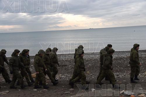 12月26日,在俄罗斯索契,俄士兵在图-154飞机坠毁的黑海岸边巡逻。俄罗斯国防部25日表示,国防部所属一架飞往叙利亚的图-154飞机当天清晨在索契附近黑海海域坠毁,机上84名乘客和8名机组人员无人生还。目前,有超过3500名救援人员和30多艘搜救船只在黑海相关失事海域进行搜救工作。(新华/法新)