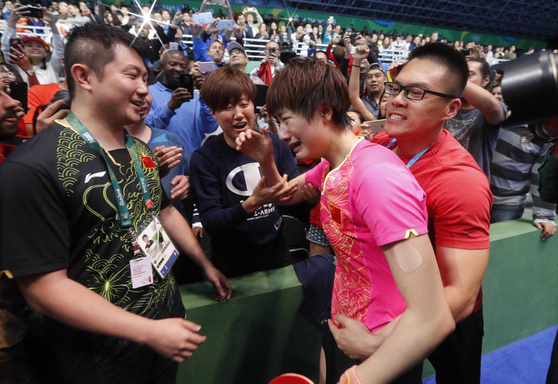 ↑丁宁(右二)夺冠后激动不已 新华社记者沈伯韩摄