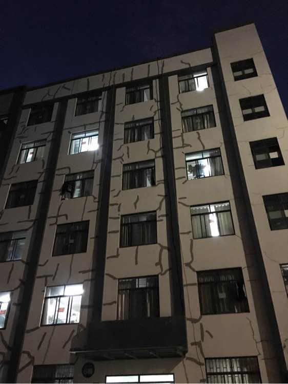 ↑云南林业职业技术学院一宿舍楼出现大面积裂缝,修补后,墙体留满