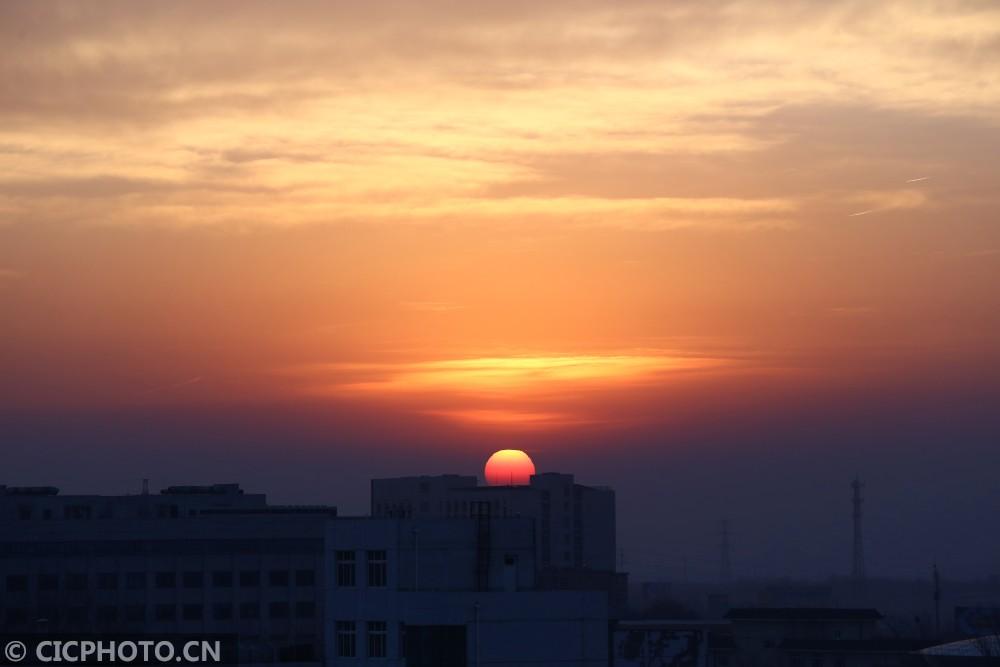 ↑12月6日,北京上空朝霞似锦,美不胜收。CICPHOTO/封晓东摄