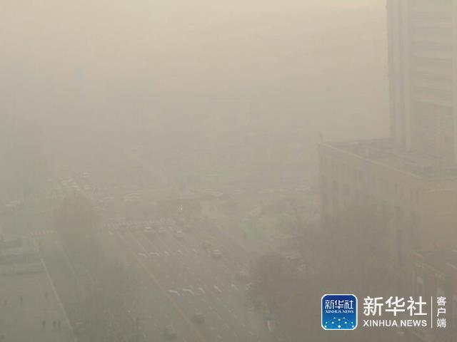 ↑19日上午从清晨到中午不同时段的石家庄雾霾。市区内能见度在不断降低。不少市民在室内也戴着口罩。