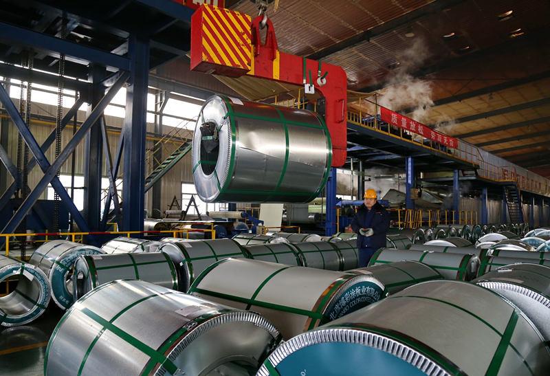2016年11月12日,工人在河北省迁安市一个钢铁深加工企业的彩色钢板生产线上工作。新华社记者 杨世尧 摄