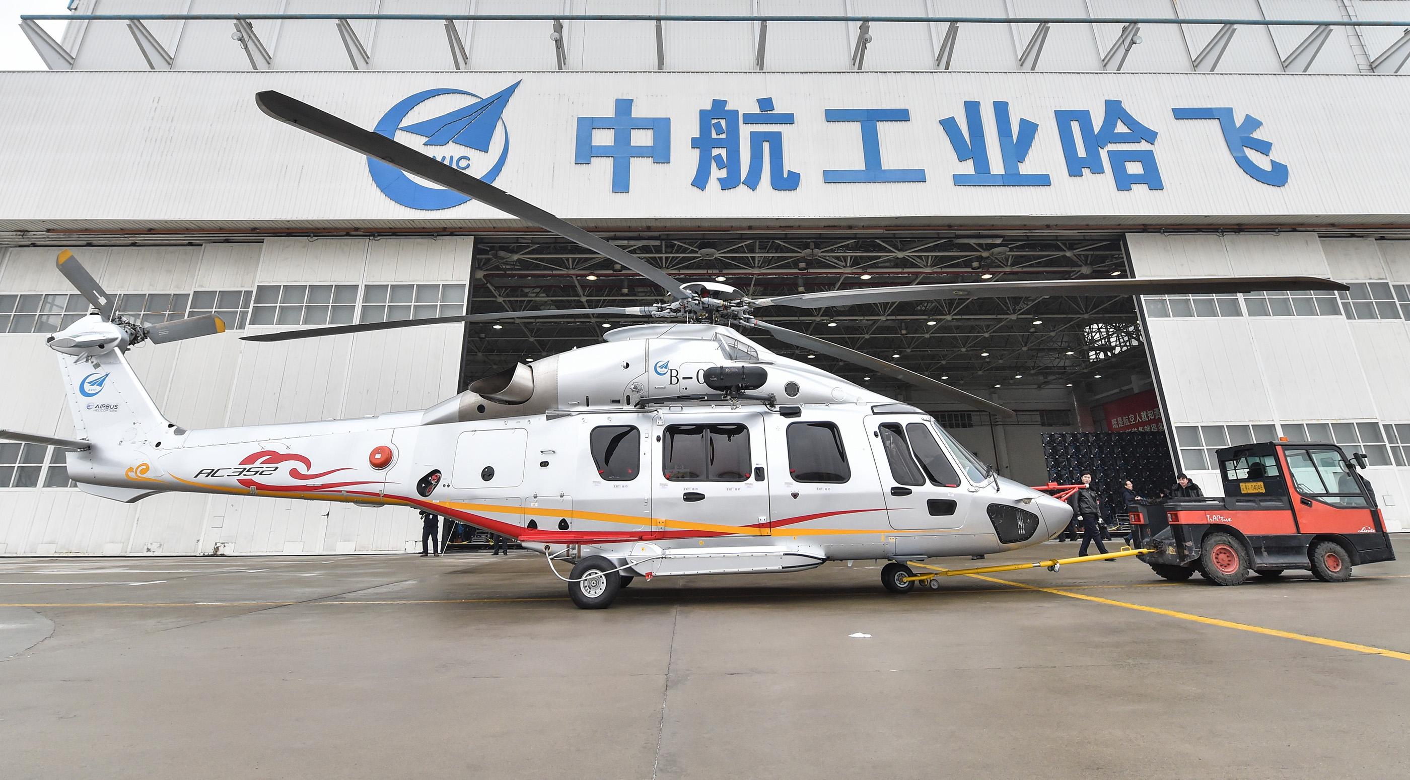12月20日,中国首款7吨级民用直升机AC352在哈飞首飞。李贺摄