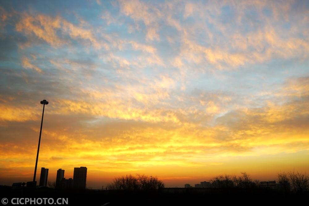 ↑12月6日,北京上空朝霞似锦,美不胜收。CICPHOTO/王俊峰 摄