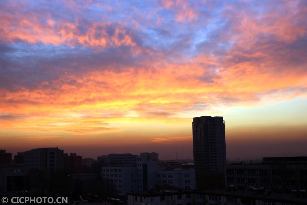 ↑12月6日,北京上空朝霞似锦,美不胜收。CICPHOTO/封晓东 摄