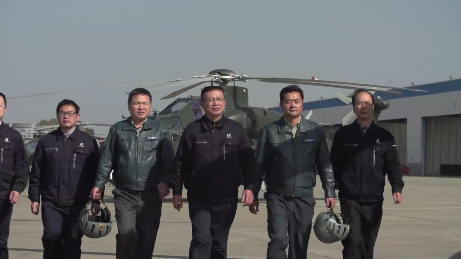 吴希明和直升机研制试飞团队在一起。 中航工业直升机提供