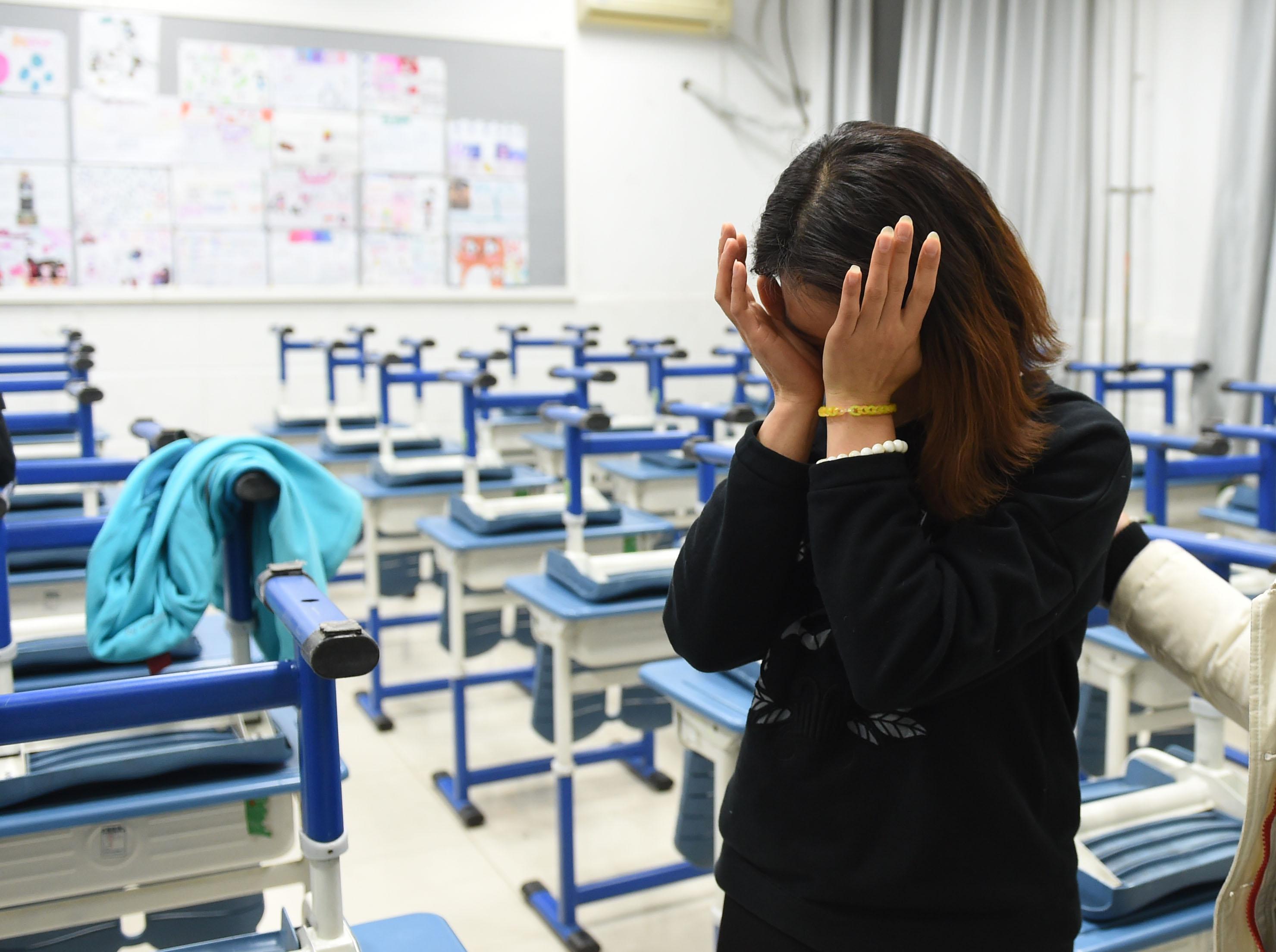 12月13日,三位学生的班主任吕老师担心这个事件对三位孩子产生不好的影响,流下了眼泪。(新华社记者李文摄)