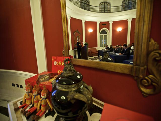 """12月2日,在意大利首都罗马举行的""""魅力北京""""旅游资源推介活动上,意大利国家旅游局代表亚力山德拉·齐塔(镜中左一)发言。(新华社记者金宇摄)"""