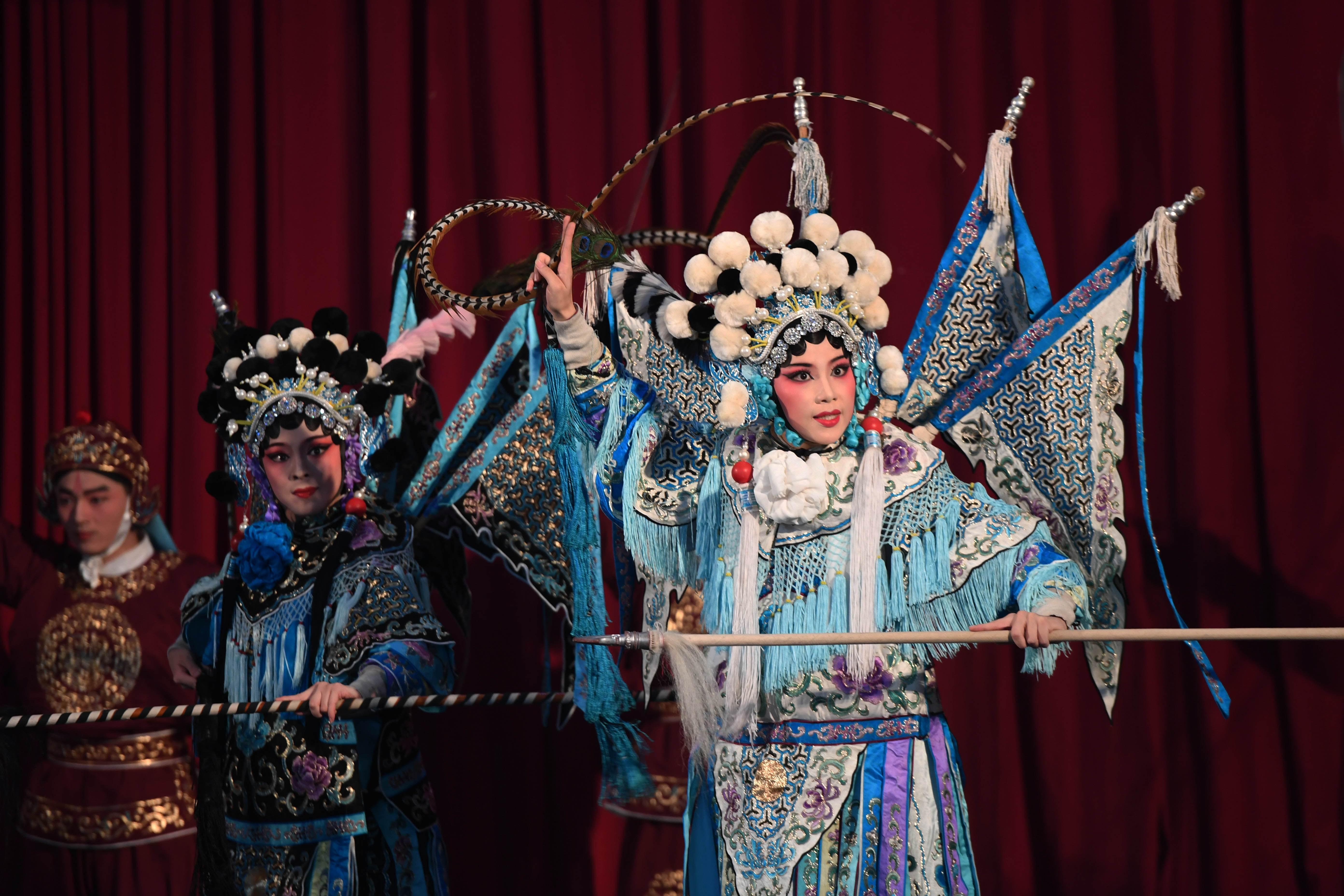 2016年10月22日,厦门歌仔戏剧团演员在金门表演歌仔戏《杨门女将》。(新华社记者 朱祥摄)