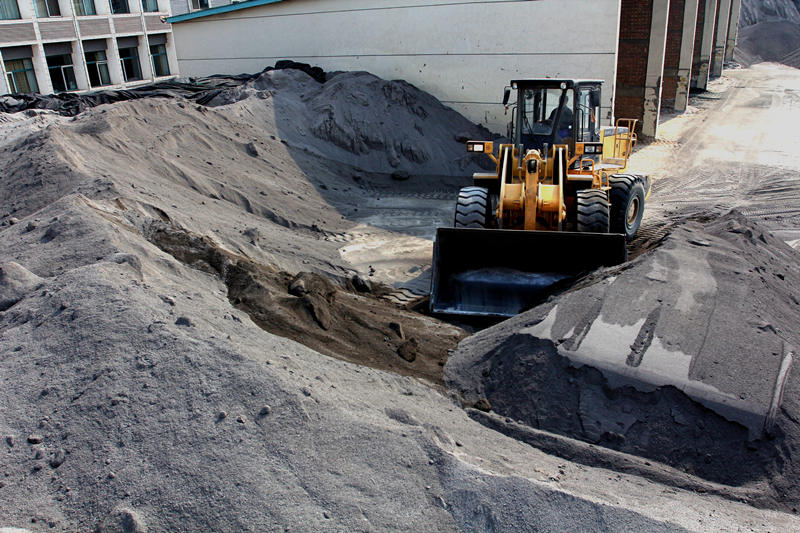 2015年3月26日,河北省承德市双滦区一家新型建材公司的工人驾驶装载机搬运尾矿。新华社发(王立群 摄)