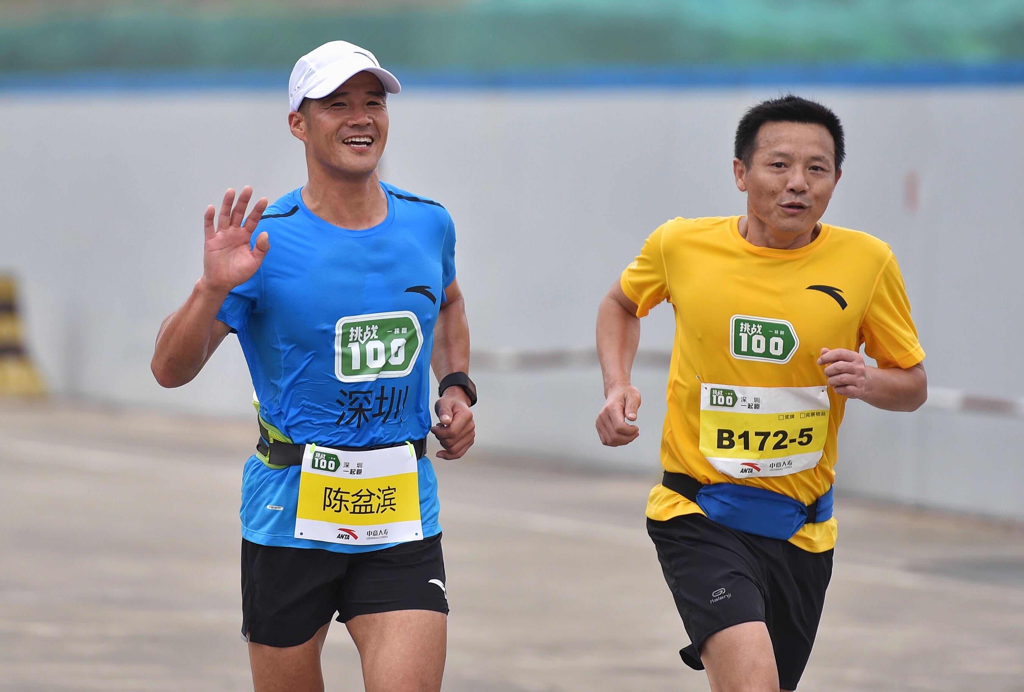 陈盆滨(左)完成10公里↑新华社记者毛思倩摄