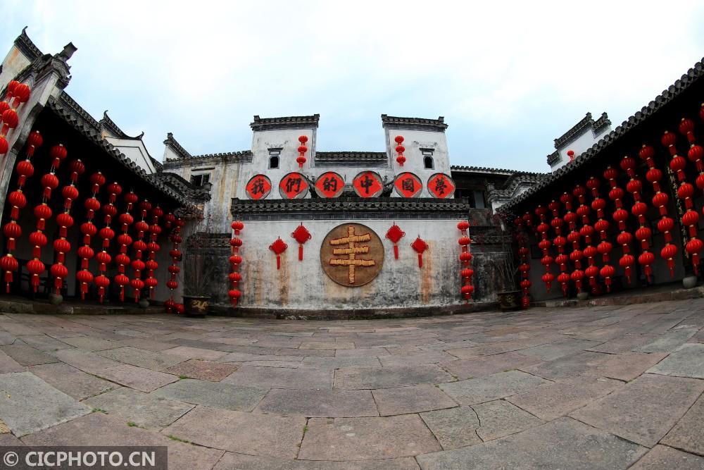 ↑1月29日,游客在安徽黄山呈坎古村落游览观光。CICPHOTO/施广德 摄