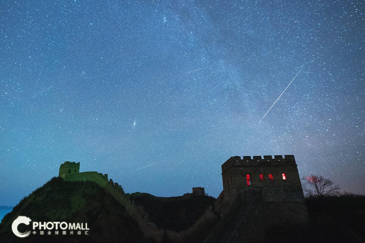 ↑1月3日拍摄的河北省承德市金山岭长城上空的流星。CICPHOTO/肖强 摄。