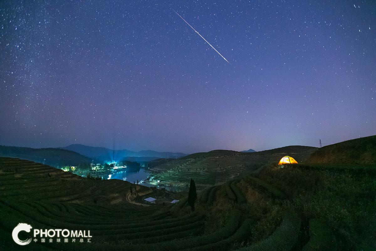 ↑1月3日拍摄的福建省福州市优山茶果场的流星。CICPHOTO/陈夏滨 摄