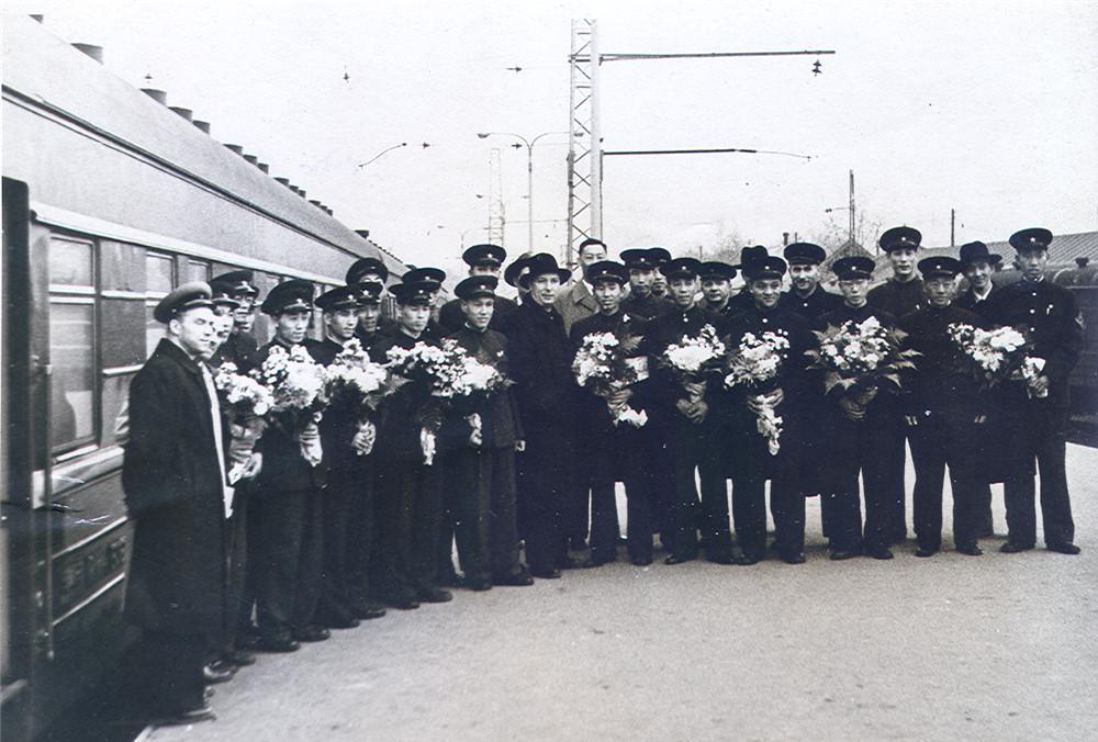1960年5月24日北京开出的3次第一趟国际列车中苏一组全体乘务员在莫斯科站台留念。北京铁路局提供